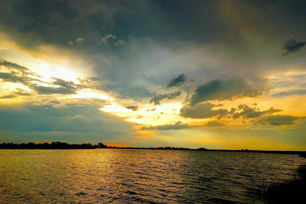 Atardecer dorado en Chobe River Cruise.