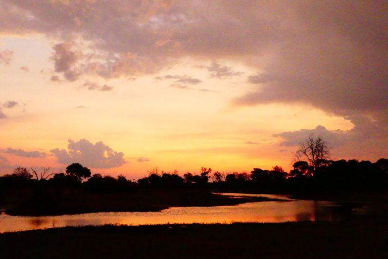 Puesta de sol en Magotho. Noviembre, Moremi G.R.